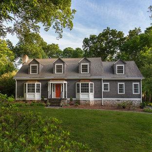 Modelo de fachada de casa gris, clásica, de tamaño medio, de dos plantas, con revestimiento de madera, tejado a dos aguas y tejado de teja de madera