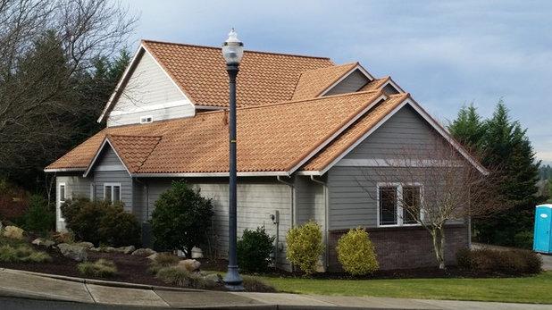 Средиземноморский Фасад дома by CC&L Roofing Co