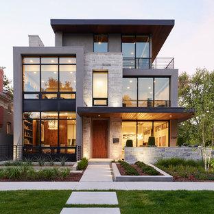 Стильный дизайн: трехэтажный, серый частный загородный дом среднего размера в стиле модернизм с облицовкой из камня и плоской крышей - последний тренд