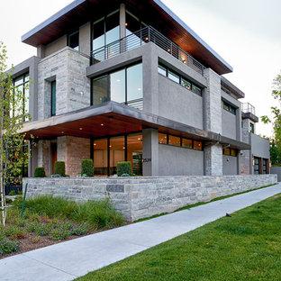 Idéer för ett mellanstort modernt grått hus, med tre eller fler plan och platt tak