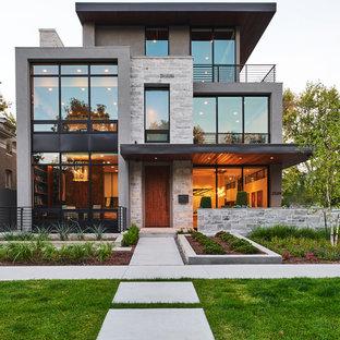 Идея дизайна: трехэтажный, серый частный загородный дом среднего размера в современном стиле с плоской крышей и комбинированной облицовкой