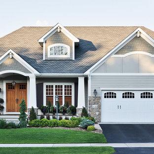 Idéer för ett mellanstort klassiskt grått hus, med allt i ett plan, blandad fasad, sadeltak och tak i shingel