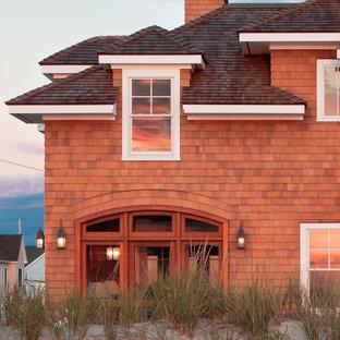 Ejemplo de fachada de casa marrón, bohemia, de tamaño medio, de dos plantas, con revestimiento de madera, tejado a cuatro aguas y tejado de teja de madera