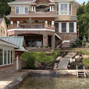 Foto della facciata di una casa beige american style a tre piani