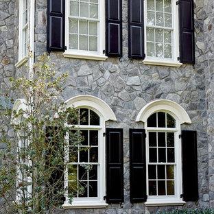 Diseño de fachada gris, tradicional, grande, de dos plantas, con revestimientos combinados y tejado a dos aguas