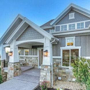 Пример оригинального дизайна: трехэтажный, серый дом среднего размера в стиле кантри с комбинированной облицовкой и мансардной крышей