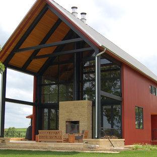 Свежая идея для дизайна: красный, большой, двухэтажный, деревянный частный загородный дом в стиле кантри с двускатной крышей и металлической крышей - отличное фото интерьера