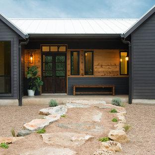 Esempio della facciata di una casa grigia country a un piano di medie dimensioni con rivestimento in vinile e tetto a capanna