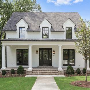 アトランタのトラディショナルスタイルのおしゃれな家の外観 (レンガサイディング、切妻屋根、戸建、板屋根) の写真