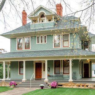 Foto de fachada verde, tradicional, de tres plantas