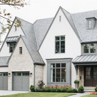 Свежая идея для дизайна: большой, двухэтажный, белый дом в стиле современная классика с облицовкой из цементной штукатурки - отличное фото интерьера