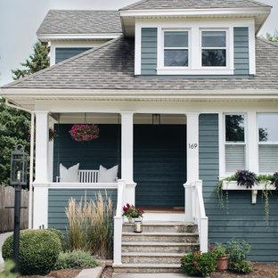 Ejemplo de fachada de casa verde, clásica, de tamaño medio, de dos plantas, con revestimiento de aglomerado de cemento y tejado de teja de madera