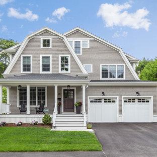 Неиссякаемый источник вдохновения для домашнего уюта: трехэтажный, деревянный, серый частный загородный дом в классическом стиле с мансардной крышей