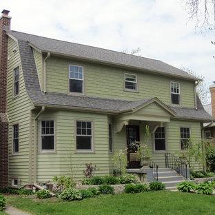 他の地域の中くらいのトラディショナルスタイルのおしゃれな家の外観 (コンクリート繊維板サイディング、緑の外壁) の写真