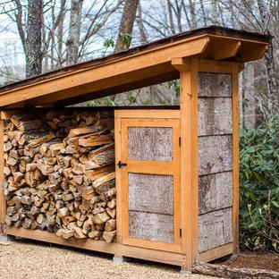 Modelo de fachada marrón, rural, de tamaño medio, de dos plantas, con revestimiento de madera y tejado de un solo tendido