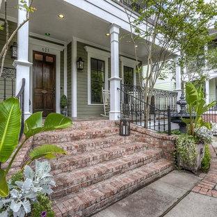 ヒューストンのトラディショナルスタイルのおしゃれな家の外観 (緑の外壁) の写真