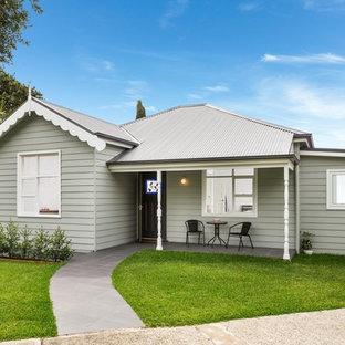 シドニーのシャビーシック調のおしゃれな家の外観 (木材サイディング、グレーの外壁、切妻屋根、戸建、金属屋根) の写真