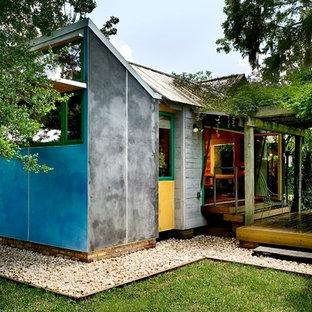 Foto på ett litet eklektiskt blått hus, med allt i ett plan