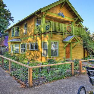 Diseño de fachada amarilla, bohemia, de tamaño medio, de dos plantas, con revestimiento de madera