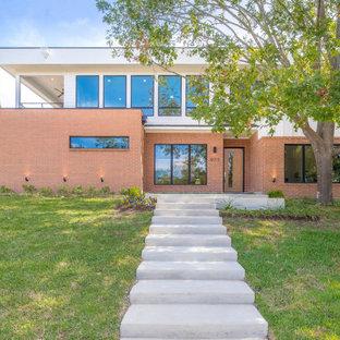 Идея дизайна: двухэтажный, кирпичный, оранжевый дом в современном стиле