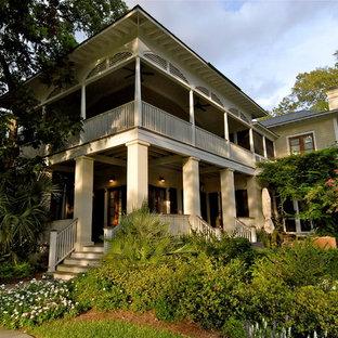 Foto på ett tropiskt hus, med två våningar