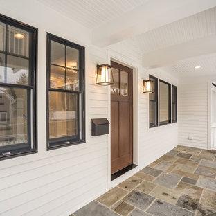Cette image montre une grand façade de maison blanche rustique à deux étages et plus avec un revêtement en panneau de béton fibré, un toit à deux pans et un toit mixte.