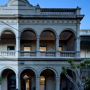 Новый формат декора квартиры: двухэтажный бетонный фасад среднего размера серого цвета в классическом стиле