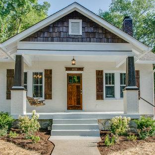 Свежая идея для дизайна: маленький, одноэтажный, кирпичный, белый дом в стиле кантри - отличное фото интерьера