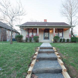 Diseño de fachada beige, ecléctica, pequeña, de una planta, con tejado a dos aguas y revestimiento de madera