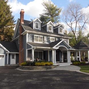 Diseño de fachada de casa azul, tradicional, de tamaño medio, de dos plantas, con revestimiento de vinilo, tejado a dos aguas y tejado de teja de madera