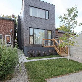 Diseño de fachada negra, nórdica, pequeña, de dos plantas, con revestimiento de ladrillo