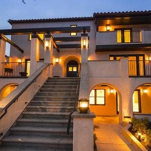サンフランシスコのコンテンポラリースタイルのおしゃれな家の外観 (漆喰サイディング、切妻屋根、戸建、瓦屋根) の写真