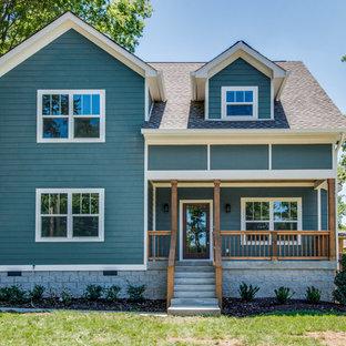 Foto della facciata di una casa blu classica a due piani di medie dimensioni con rivestimento con lastre in cemento