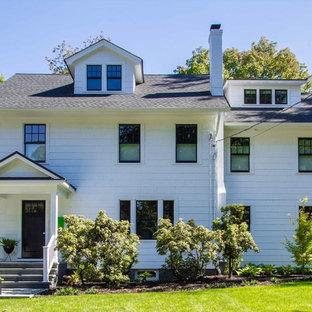 Modelo de fachada de casa blanca, ecléctica, grande, de dos plantas, con revestimiento de madera, tejado a dos aguas y tejado de teja de barro
