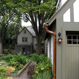 Inspiration för ett stort eklektiskt grått hus, med två våningar, stuckatur och sadeltak