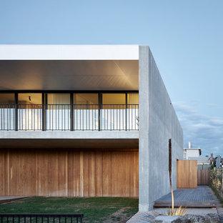 シドニーのミッドセンチュリースタイルのおしゃれな二階建ての家 (混合材サイディング、グレーの外壁、陸屋根、戸建) の写真