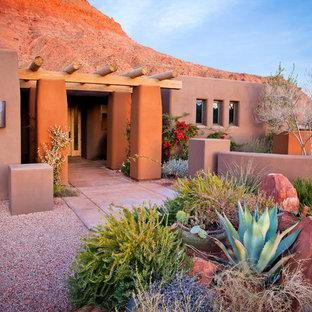 Idée de décoration pour une façade de maison sud-ouest américain de plain-pied avec un revêtement en adobe.