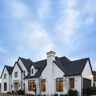 Diseño de fachada de casa blanca, tradicional renovada, de dos plantas, con revestimiento de ladrillo y tejado de teja de madera