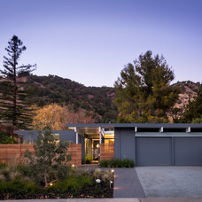 Midcentury Exterior by building Lab, inc.