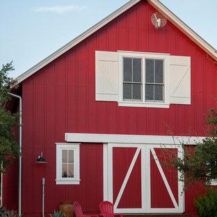 Foto della facciata di una casa rossa country con tetto a capanna