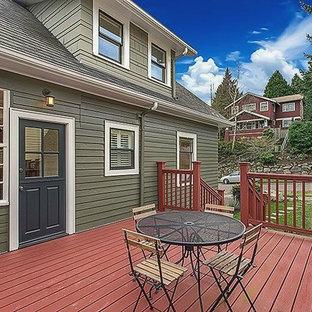 Foto de fachada verde, de estilo americano, de tamaño medio, de dos plantas, con revestimiento de madera y tejado a dos aguas