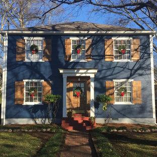 ナッシュビルのシャビーシック調のおしゃれな家の外観 (木材サイディング、青い外壁、切妻屋根) の写真