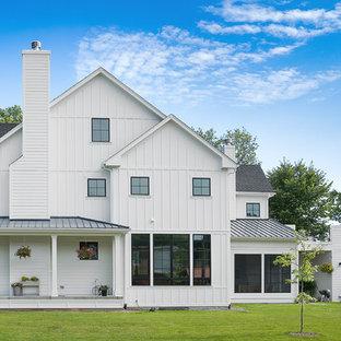 シカゴのカントリー風おしゃれな家の外観 (木材サイディング、切妻屋根、戸建、板屋根) の写真