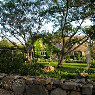 Diseño de fachada gris, de estilo de casa de campo, grande, de dos plantas, con revestimiento de estuco y tejado a dos aguas