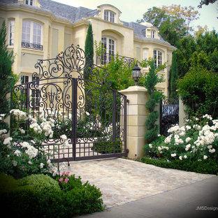 Idées déco pour une façade en pierre jaune romantique de taille moyenne et à un étage.