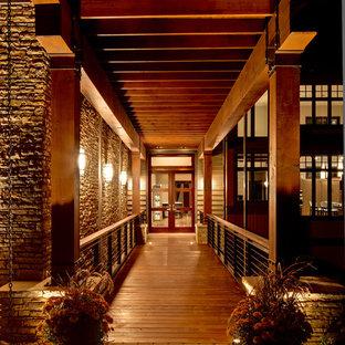 Ejemplo de fachada de casa multicolor, actual, grande, de dos plantas, con revestimientos combinados, tejado a cuatro aguas y tejado de teja de madera