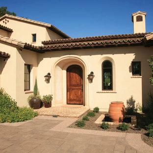 Beigefarbenes Mediterranes Haus mit Lehmfassade in Orange County