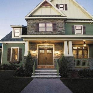 Diseño de fachada verde, bohemia, de tres plantas, con revestimientos combinados