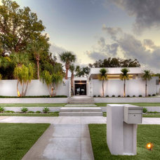 Tropical Exterior by DWY Landscape Architects