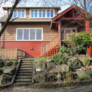 Idee per la facciata di una casa rossa american style a due piani di medie dimensioni con rivestimenti misti e tetto a capanna